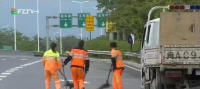 三环快速路上的环卫工:从黑夜到白天  一天清扫30公里