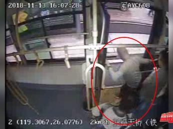太嚣张!想中途下车被拒,恶意踹碎公交车门(内附视频)