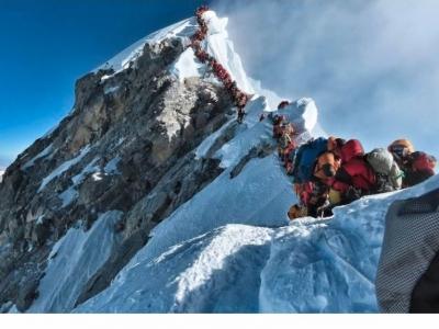"""珠峰8000米上""""大堵车""""   一天内3人死亡!"""