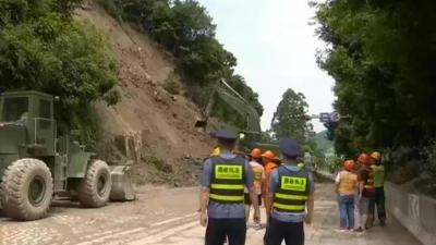 闽侯县竹岐乡源格村:山体溜方公路受阻 公路部门全力抢通