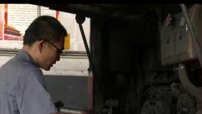 """高温下的坚守:维修工  公交车的幕后""""英雄"""" """