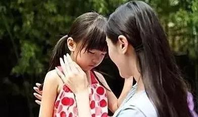 为安抚孩子哭闹,爸爸竟让3岁的儿子把控方向盘