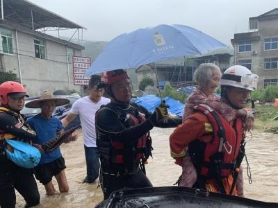 福州消防紧急驰援武夷山 疏散转移被困群众243人